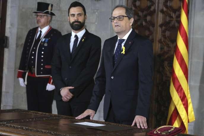 Le président Quim Torra (à droite) durant sa cérémonie d'investiture à la tête de la Catalogne, auPalau de la Generalitat, à Barcelone, le 17 mai.