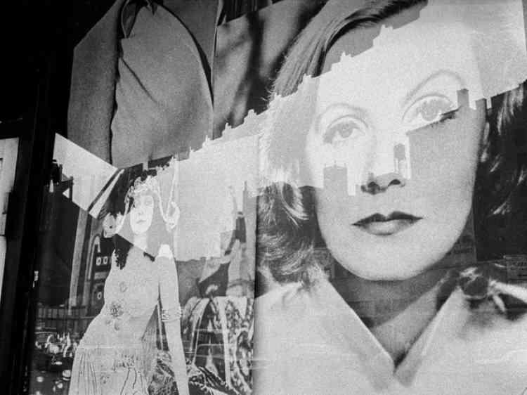 «Harold Feinstein a souvent utilisé les vitres de commerce pour créer différentes couches dans ces photographies. Un mur entier y est d'ailleurs dédié dans le cadre de cette exposition. Ces reflets dans les vitrines lui permettaient de jouer avec des éléments plus abstraits et de rendre ses images intemporelles. Cette photo de 1966 est d'une modernité folle.»