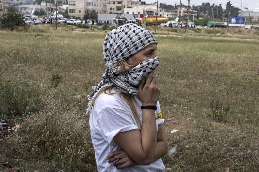 Une jeune Palestinienne observe un rassemblement, à Ramallah, le 15mai 2018.