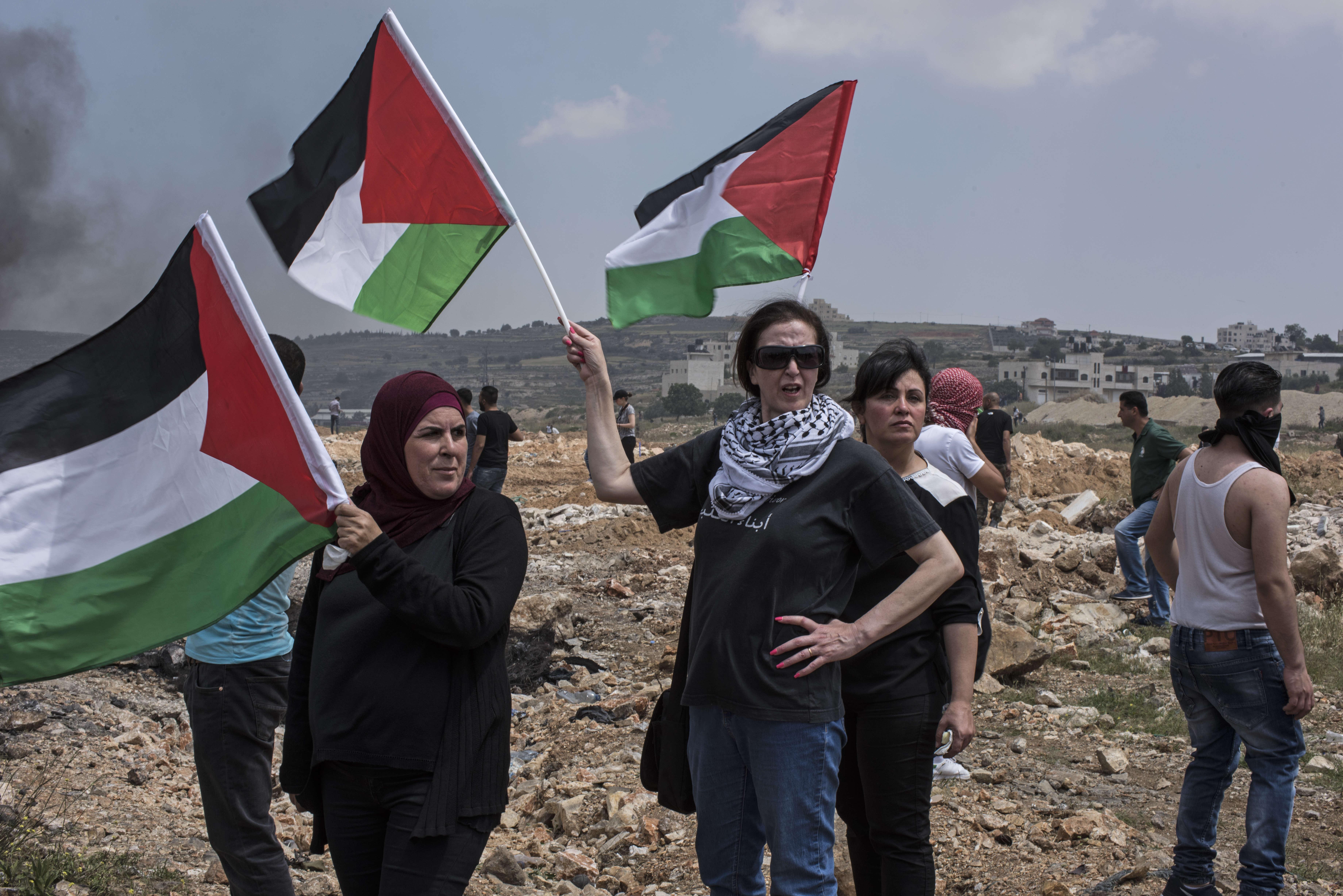 Les femmes occupent une place centrale dans la manifestation. Abeer, la troisième femme en partant de la gauche, est professeure à l'université. Cela fait plusieurs mois qu'elle accompagne sa fille de 16 ans aux manifestations, faute de pouvoir l'empêcher de s'y rendre.