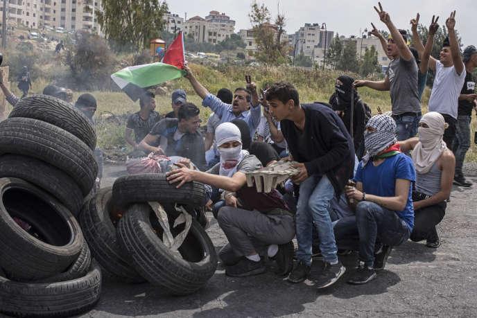 De jeunes Palestiniens font brûler des pneus, à Ramallah, le 15 mai 2018.