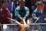 Des pèlerins brûlent de l'encens au temple taoïste de la montagne Miaofeng au sud-ouest de Pékin, en 2010.