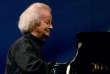 Gérard Jouannest, lors d'un concert avec Juliette Gréco au Festival de Vienne en 2009.