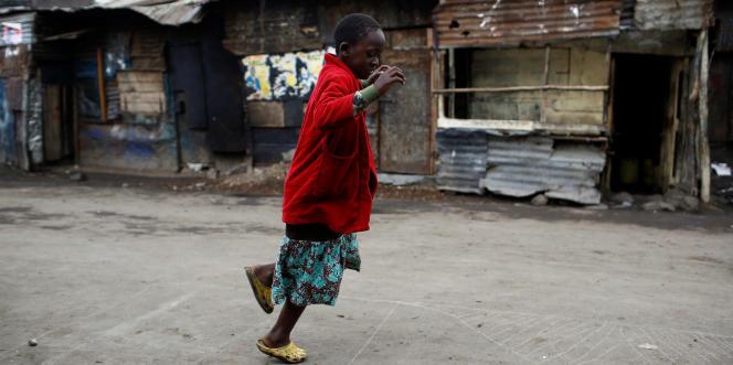 Une fillette joue dans une rue de Mathare, un bidonville de Nairobi, au Kenya, en août 2017.