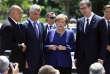 La chancelière allemande, Angela Merkel, discute avec le président serbe, Aleksander Vusic (à droite), et son homologue kosovar, Hashim Thaci (deuxièmeà partir de la gauche), devant le Palais national de la culture, à Sofia, jeudi 17 mai.