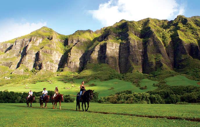 Le Kualoa Ranch propose des balades à cheval.
