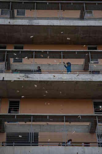 Des habitants de Caracas lancent des billets durant l'ultime rassemblement de campagne de Nicolas Maduro avant l'élection du 20 mai.