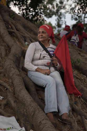 María Lugo, 56 ans, femme au foyer. « Ce qui me manque, c'est ma qualité de vie. On ne peut plus acheter de nourriture à un prix juste, il faut tout acheter aux bachaqueros, (les vendeurs du marché noir). Heureusement qu'on reçoit nos colis alimentaires. Ils ne contiennent pas de protéines, mais ça viendra, quand la guerre sera terminée. Car oui, c'est la guerre. La guerre économique. Et c'est ça que je veux changer en allant voter ce dimanche.»
