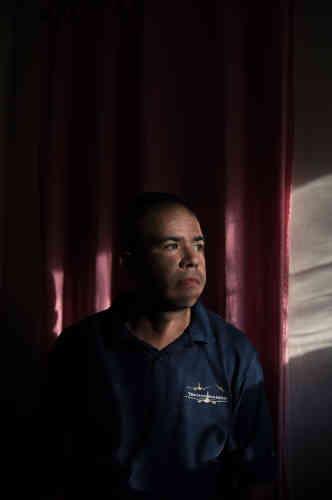 Félix Moráis, 32 ans, chauffeur de taxi moto. « J'ai besoin d'avoir assez d'argent pour régler mes problèmes. Mais mon salaire s'envole en une journée. Je ne sais pas si je vais voter, il y a tant de rumeurs qui disent que ce n'est pas la peine. On ne sait même plus à qui on peut faire confiance. Je réussis à survivre car j'ai quitté mon entreprise et que je travaille à mon compte, et parce que mon frère au Pérou m'envoie de l'argent. Aujourd'hui par exemple, j'ai acheté de l'eau à 120 000 bolivars (1 euro). Demain, on m'a dit qu'il faudra en payer 300 000 (2,50 euros). »