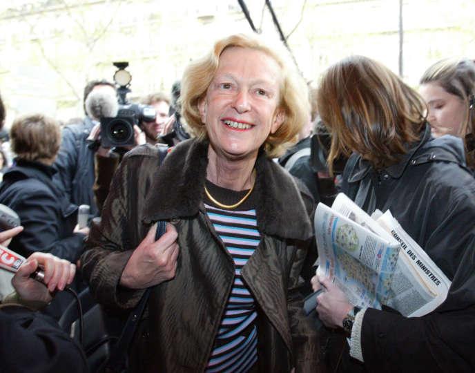 Nicole Fontaine, ancienne ministre déléguée à l'industrie, arrive à la brasserie Lipp, le 14 avril 2004 à Paris, pour un déjeuner avec certains des anciens ministres et secrétaires d'Etat qui ont quitté le gouvernement à la suite du dernier remaniement ministériel.