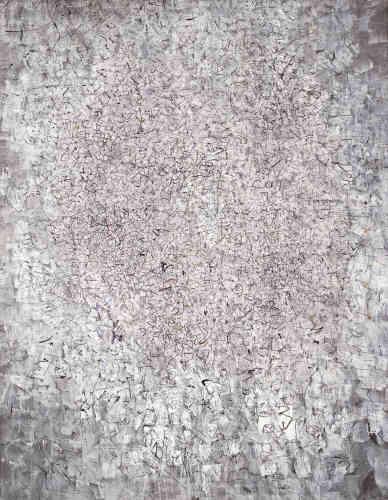 Précurseur de l'abstraction américaine,Mark Tobey élabore des compositions«polyphoniques» et sature la toile d'un même motif, récurrent et répétitif‒ affinités qu'il semble partager avec Claude Monet et Camille Pissarro.