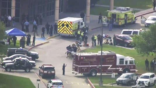 Image extraite d'une vidéo montrant les services d'urgence devant le lycée concerné, à Santa Fe, le 18 mai 2018.