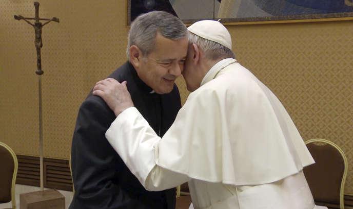 Monseigneur Juan Barros et le pape François, le 17 mai, au vatican.