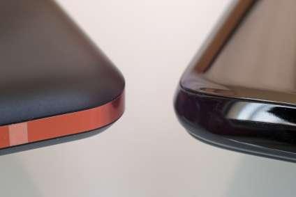 Le Nokia arbore un dos robuste en aluminium, le OnePlus un fragile dos en verre, mal protégé par son cerclage en aluminium.