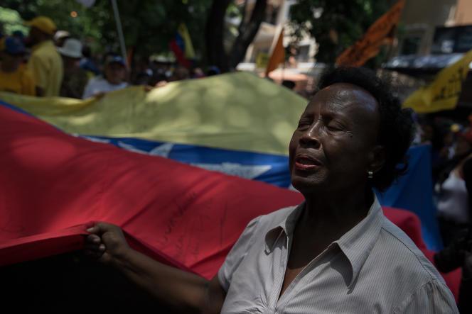 Une manifestante chante l'hymne vénézuélien lors d'un rassemblement de l'opposition, à Caracas, le 16 mai.