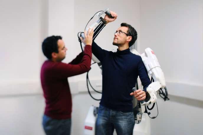 Equipé de 14 moteurs électriques, l'exosqueletteroule et déroule des câbles métalliques qui mettent les articulations en mouvement.
