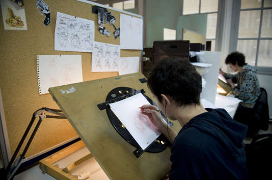 Des étudiants à leurs tables à dessin, à l'Ecole de l'image des Gobelins, à Paris, en 2009.