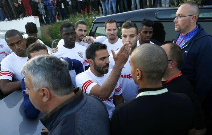 Le capitaine de l'AC Ajaccio Yohann Cavalli échange avec des joueurs du Havre après que le bus de l'équipe a été endommagé par des supporteurs corses le 18 mai.
