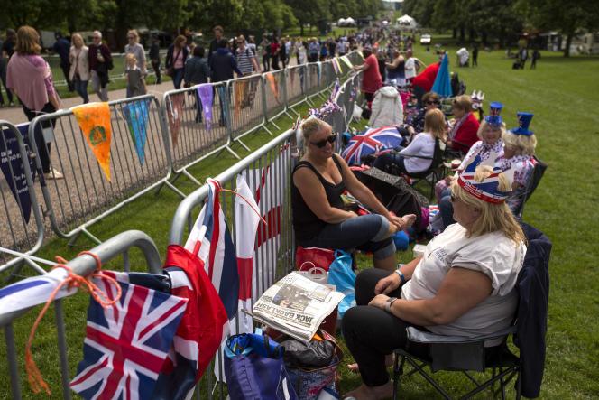 A la veille du mariage, le long des barrières de sécurité sur Long Walk qu'emprunteront le prince Harry et Meghan Markle à bord d'un landau d'où ils pourront saluer la foule, à Windsor (Berkshire), le 18mai.