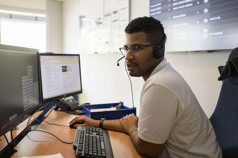 Un assistant de régulation médicale (ARM) gère les appelspendant les douze heures que dure sa journée de travail.