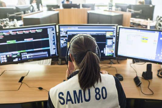 Un médecin du SAMU évalue la gravité d'une situation par téléphone dans la salle de régulation du SAMU du CHU d'Amiens, le 16 mai 2018. Amiens, Somme, France.