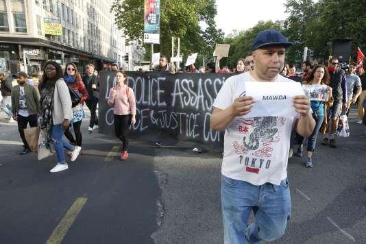 Des membres de plusieurs associations de défense des droits des demandeurs d'asile manifestent, le 18mai,devant les bureaux de la direction générale de l'office des étrangers, à Bruxelles, après que Mawda, une fille de 2ans, est morte des tirs de la police lors d'une course-poursuite.