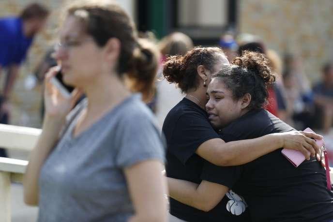 Des élèves du lycée de Santa Fe (Texas) après l'attaquequi a fait dix morts, le 18 mai.