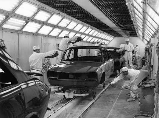 Les chaînes de montage de l'usine PSA Peugeot Citroën de Sochaux, dans les années 1970.
