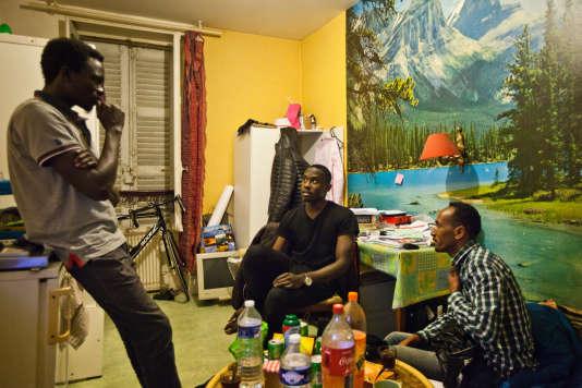 Anwar dans son nouveau studio à Vichy avecAhmed et Hassan, tous membres du Soudan Célestins Music, le 21 décembre 2017.