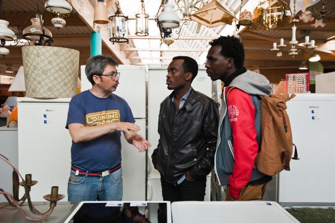 Alsadig et Alrachid accompagnés de Pablo Aiquel dans un magasin Emmaüs, en avril 2018.