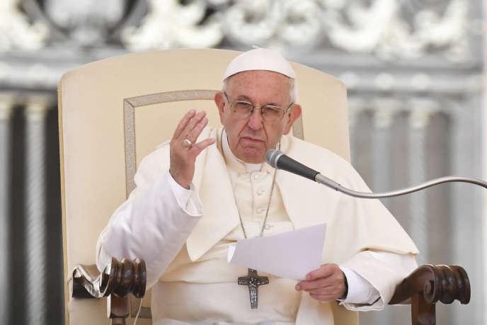 Le pape François lors de son audience hebdomadaire sur la place Saint-Pierre de Rome, le 16 mai.