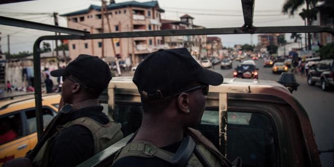 Des soldats de la 21e Brigade d'infanterie motorisée patrouillent dans les rues de Buea, dans la région anglophone du Sud-Ouest, au Cameroun, le 26avril 2018.