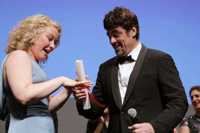 L'actrice Eva Melander reçoit des mains du président du jury d'Un certain regard, Benecio Del Toro, le prix Un certain regard pour le film d'Ali Abbasi,« Border» («Gräns»), à Cannes, le 18 mai 2018.