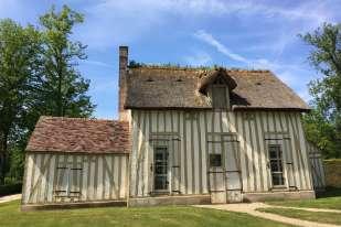 Construit au XVIIIe siècle pour le prince de Condé, le Hameau était un «jardin à la mode». Le cuisinier Vatel y aurait inventé la fameuse crème Chantilly, avant que Marie-Antoinette s'en inspire pour le Petit Trianon.