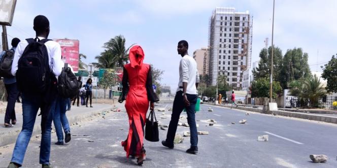 Dans une rue près de l'université Cheikh-Anta-Diop, à Dakar, après des affrontements entre étudiants et forces de l'ordre, le 16mai 2018.