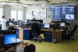 Dans la salle de régulation du SAMU du CHU d'Amiens.Dans la journée, un médecin régulateur et quatre assistants ARM sont présents.