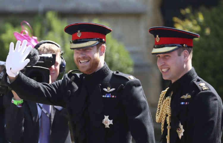 Le prince Harry marche au côté de son frère et garçon d'honneur, le prince William, alors qu'ils se dirigent vers la chapelle Saint-Georges.