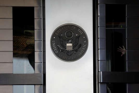 En juillet 2014, plus de 18 mois après la réélection de Barack Obama, le secrétaire d'Etat John Kerry se lamentait : « A cette minute même, nous avons 58 candidats en instance [de confirmation] devant le Sénat, dont 43 ambassadeurs.»