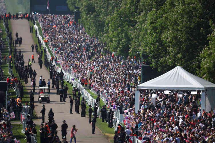 La foule nombreuse s'est massée à l'extérieur de l'enceinte du château de Windsor.