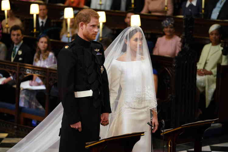 Harry et Meghan, main dans la main, avant d'échanger leurs vœux.