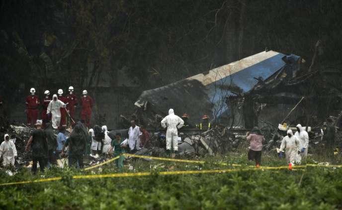 Les équipes de sauvetage cherchent parmi les décombres du site du crash, à proximité immédiate de l'aéroport Jose-Marti, à La Havane, le 18 mai.
