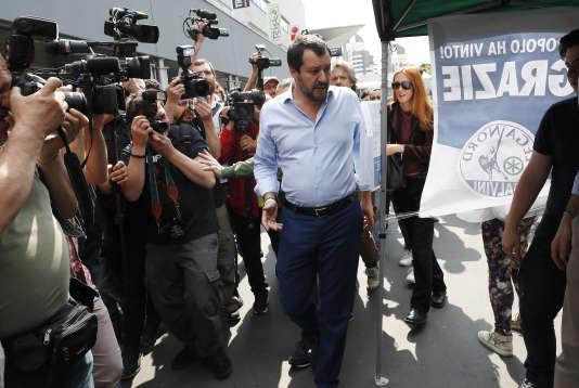 Matteo Salvini, le leader de la Ligue, sur le point de voter le programme commun avec le Mouvement 5 étoiles, à Milan, le 19 mai.
