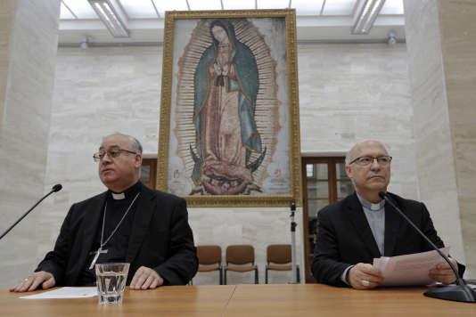 Les représentants de la conférence des évêques chiliens, Juan Ignacio Gonzalez (à gauche) et Luis Fernando Ramos Perez, au Vatican, le 18 mai.
