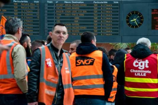 Blocage des voies par les cheminots grévistes, à la gare de Lille-Flandres (Nord), le 18 mai.