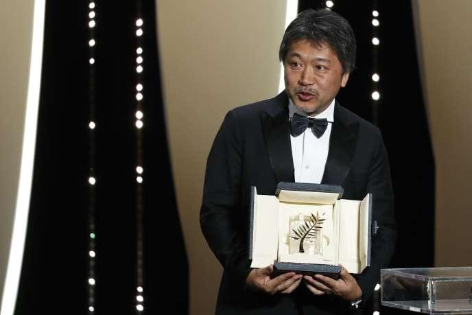 Le réalisateur Hirokazu Kore-eda et sa Palme d'or pour« Une affaire de famille» lors de la cérémonie de clôture du 71e Festival de Cannes, le 19 mai 2018.