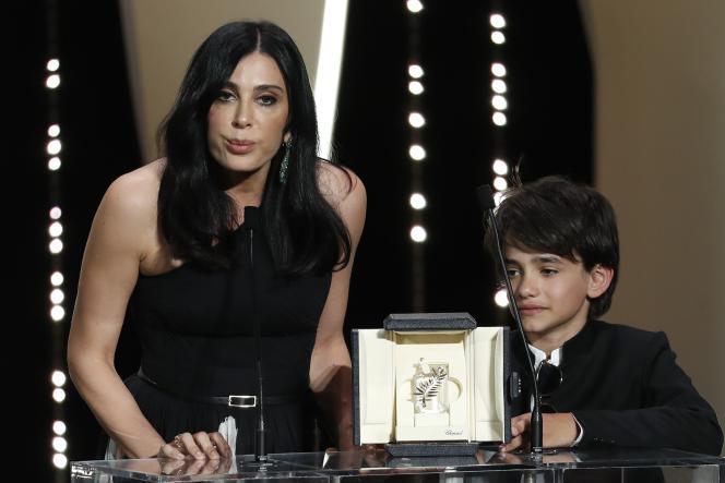 La réalisatrice Nadine Labaki et le jeune acteurZain Al Rafeea lors de la remise du prix du jury pour« Capharnaüm» lors de la cérémonie de clôture du 71e Festival de Cannes, le 19 mai 2018.