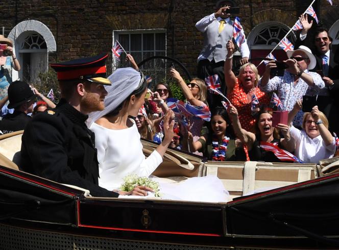 Plusieurs dizaines de milliers de personnes se sont rassemblé samedi 19 mai dans les rues de Windsor pour saluer les mariés.