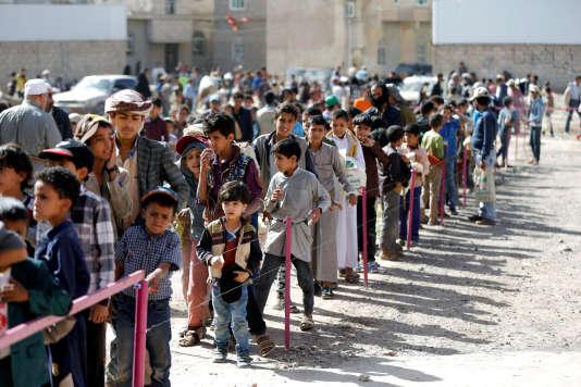 Des Yéménites font la queue devant un centre de distribution de nourriture, le 20 mai àSanaa.