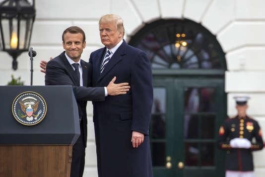Emmanuel Macron accueilli sur la pelouse de la Maison Blanche par Donald Trump, à Washington DC, le 24 avril.
