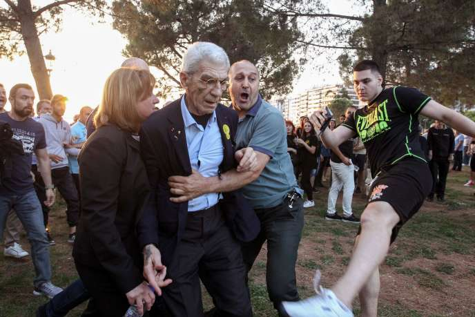Yiannis Boutaris attaqué par des militants d'extrême droite, le 19 mai.